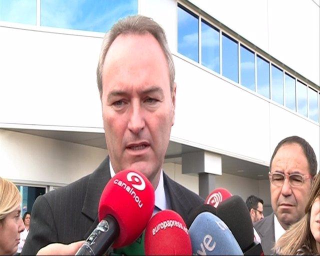 Fabra atiende a los periodistas durante su visita a ICEMI.