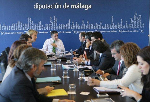 El presidente de la Diputación de Málaga, Elías Bendodo, en la junta de gobierno
