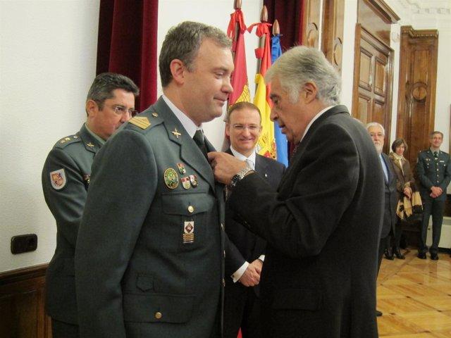 Javier Galán hace entrega de la medalla a Ignacio Vivas Prada