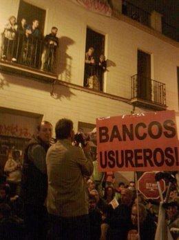 Imagen de manifestantes ante el edificio ocupado en calle Lumbreras en Sevilla