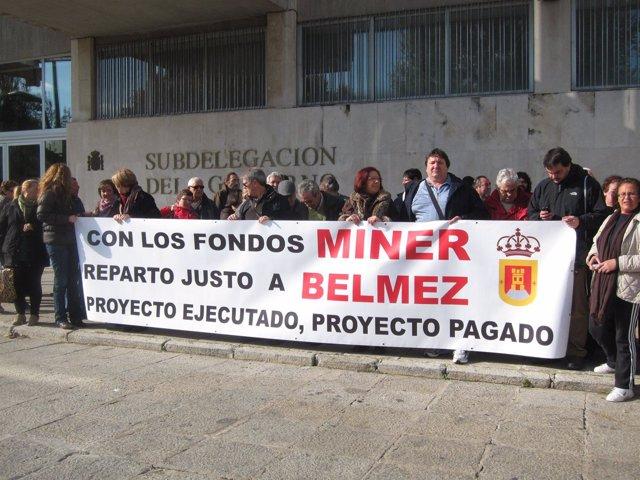 Concentración de vecinos y corporación de Belmez por impagos del Miner