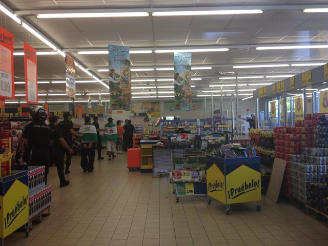 Detenidos Del SAT En Supermercado Lidl De Dos Hermanas.