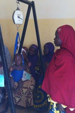 Una madre pesando a su bebé en Níger