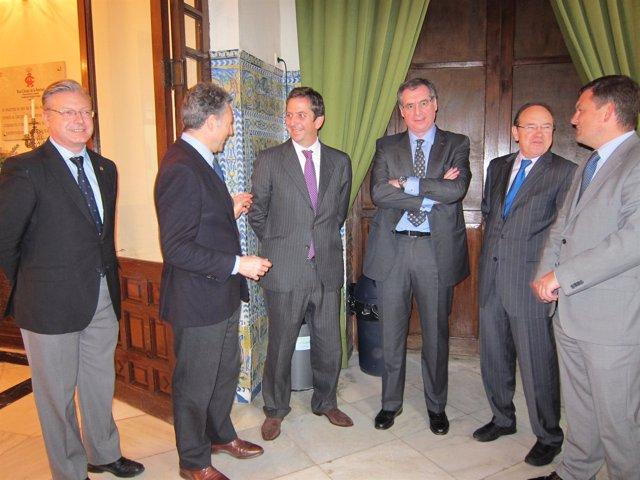 Fernández de Mesa y Sánchez Asiaín (centro) entre autoridades asistentes