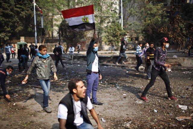 Manifestantes contrarios al presidente Mursi se enfrentan a pedradas a la policí