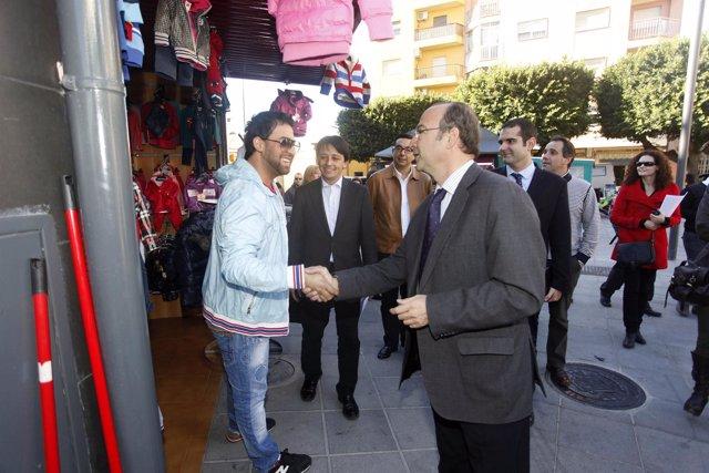 Rodríguez-Comendador saluda a uno de los comerciantes de la Plaza Pavía