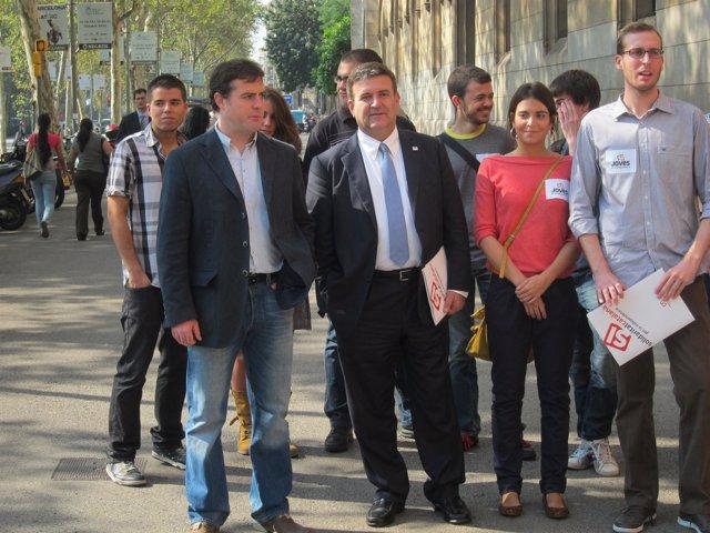 Uriel Bertran y Alfons López Tena junto a miembros de las juventudes de SI