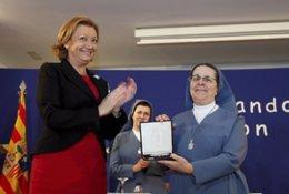 Rudi entrega la medalla a los valores humanos a las Hermanas Angélicas.