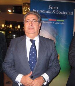 Zoido junto al cartel del Foro Economía y Sociedad