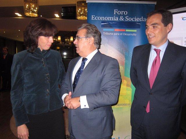 Zoido haba con la presidenta de Diputación de Córdoba junto a alcalde de capital