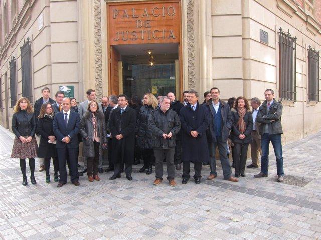 Jueces y fiscales de La Rioja frente al Palacio de Justicia
