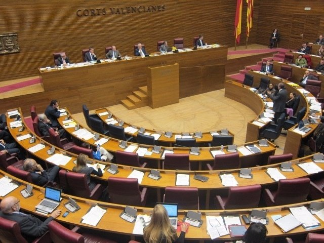 El conseller Cabré interviniendo en el pleno