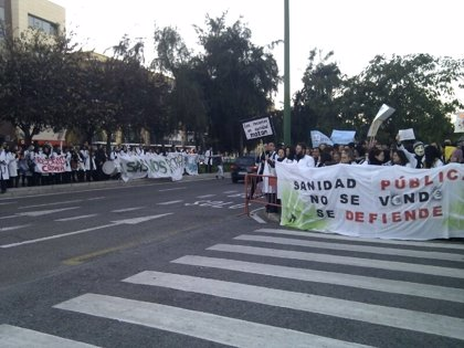 Andalucía.- Cientos de sanitarios residentes se concentran ante el Parlamento en una nueva jornada de huelga indefinida