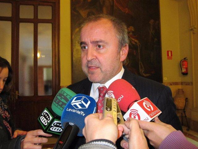 Jorge Cabré atendiendo a los medios de comunicación