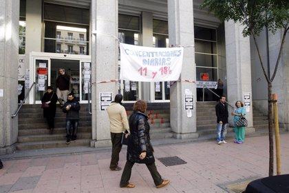 Trabajadores en Defensa de la Sanidad entregan las firmas recogidas contra la externalización de centros