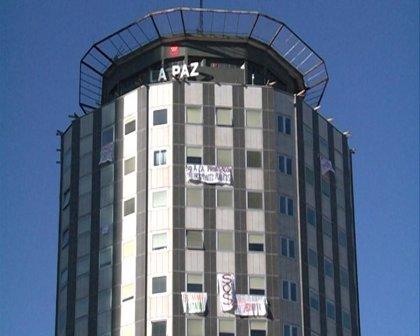 Trabajadores y usuarios rodean el Hospital Universitario de La Paz para demostrar su defensa de lo público