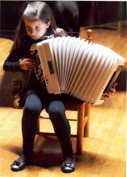 La acordeonista cántabra de 9 años Sofía Ros González