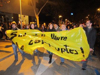300 detractores de Bustos se concentran ante el juzgado durante su interrogatorio