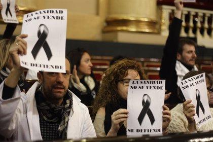 Sanitarios madrileños en huelga protestan dentro del Senado