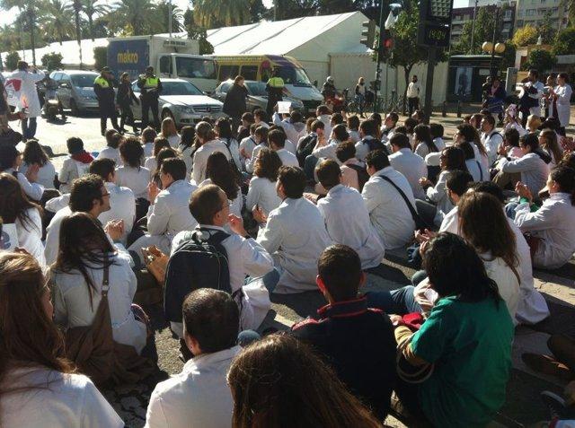 Una sentada de los sanitarios residentes andaluces durante su huelga indefinida