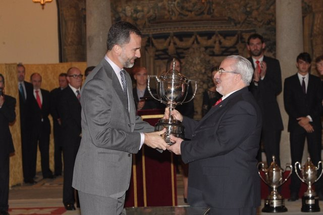 El Príncipe Felipe entrega el trofeo al presidente de la UCAM, José Luis Mendoza