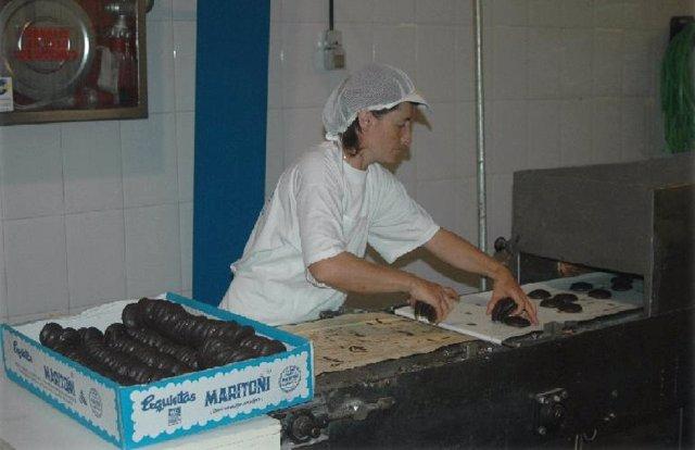 Mujer Trabajando En La Fábrica De Maritoñi