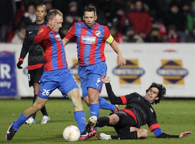Tiago pelea un balón ante dos jugadore del Viktoria Plzen