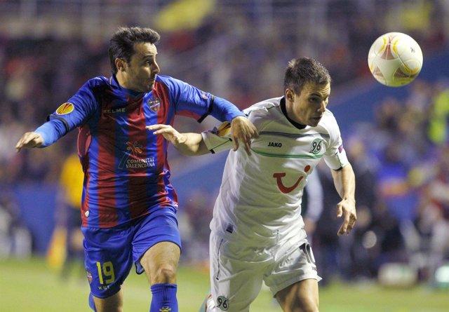 Pedro López, del Levante, pelea un balón