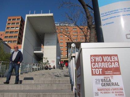 Trabajadores del Hospital Vall d'Hebron de Barcelona se encierran un día contra los recortes