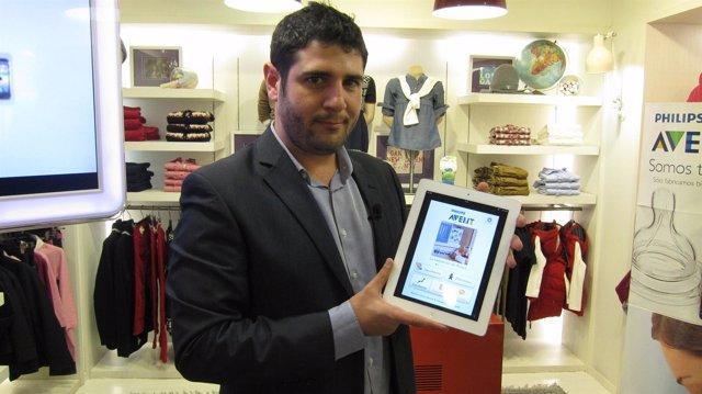 Imagen de Suárez portando la aplicación 'My Baby and Me', de Philips Avent