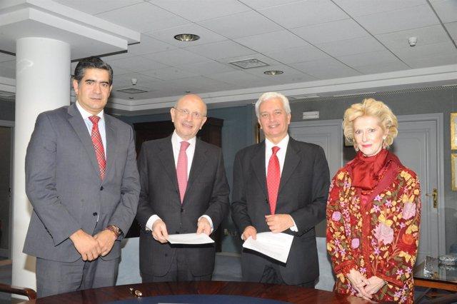 Imagen de los representantes del CGEE y ESTEVE durante la firma