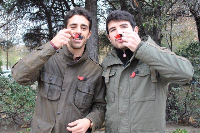 Imagen de dos personas con el lazo del Día Nacional de la Esclerosis Múltiple