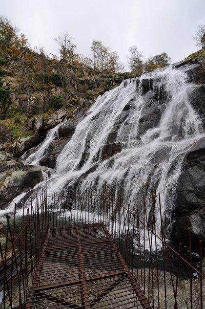 """Ecologistas critican el """"impacto"""" que ha generado una pasarela metálica sobre la cascada de Caozo del Valle del Jerte"""