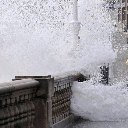 Trece provincias, en alerta por fenómenos costeros este lunes