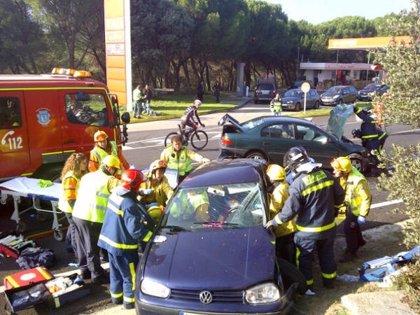 Una mujer resulta herida grave y un joven, leve, tras chocar sus vehículos en la carretera de El Pardo