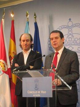 El gaiteiro Carlos Núñez con el alcalde de Vigo, Abel Caballero