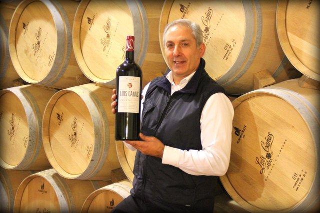 Juan Luis Cañas con el vino Luis Cañas Crianza 2009.