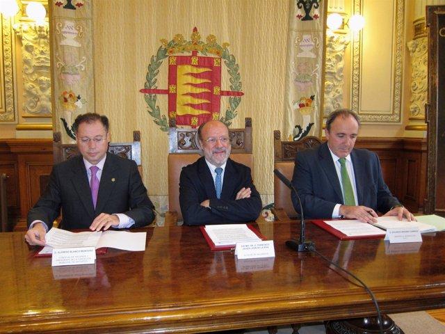 El alcalde, en el centro, acompañado por Alejandro Blanco y Eduardo Insunza.