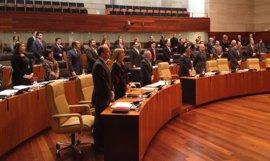 El Parlamento de Extremadura inicia su último pleno del año con un minuto de silencio en memoria de Antonio Vázquez
