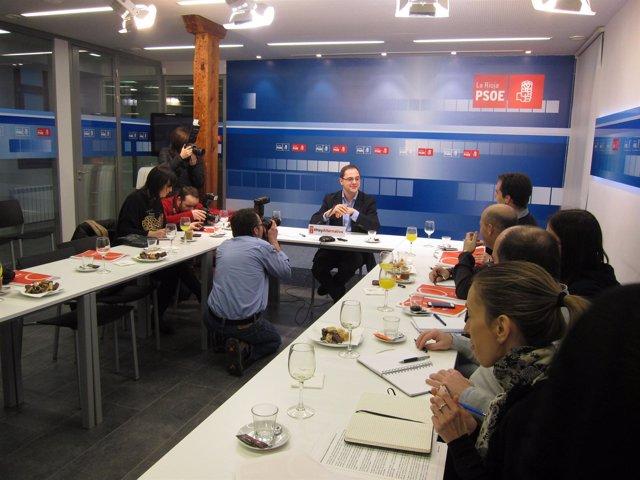 El secretario general del PSOE de La Rioja, César Luena, desayuno informativo