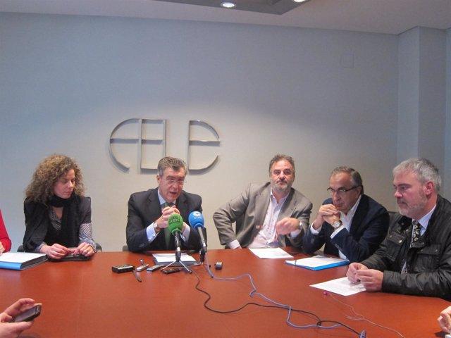 Javier Cepedano, junto a varios representantes de clínicas privadas de León.