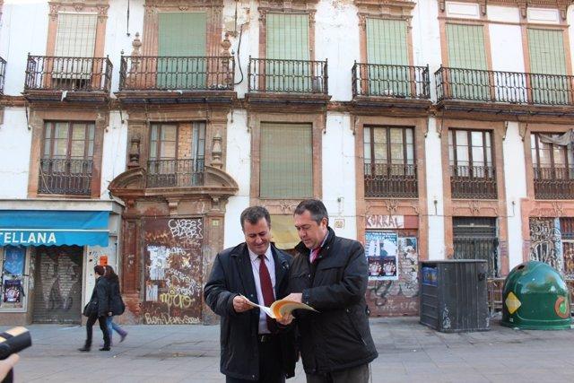 Los socialistas Juan Carlos Cabrera y Juan Espadas en la Encarnación