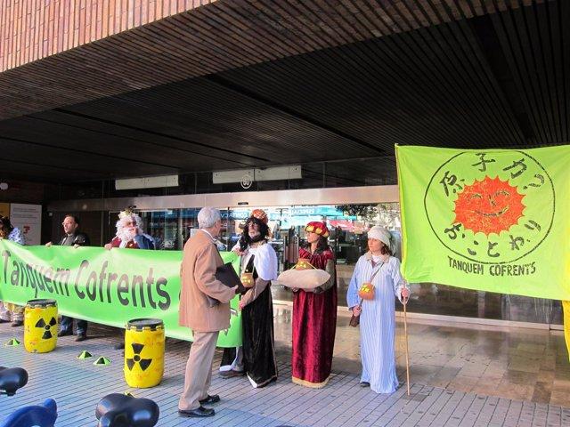 Miembros de Tanquem Cofrents en una protesta ante Delegación