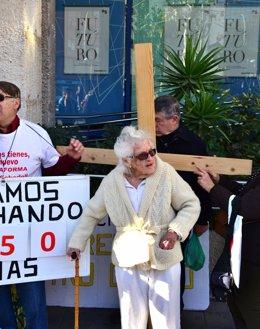 Mujer de 99 años protesta con una cruz al perder su dinero en preferentes de CAM