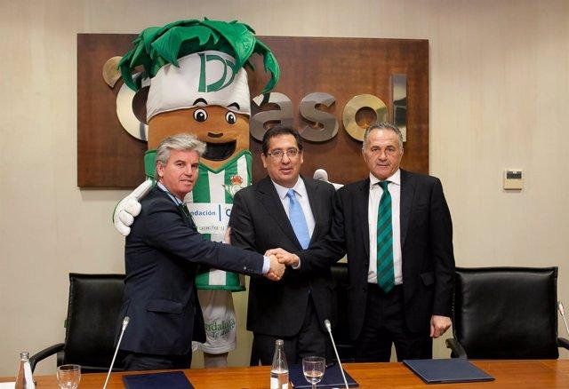 Guillén, Pulido y Gordillo, junto a Palmerín, en la firma de dos convenios