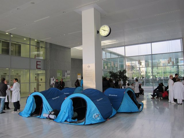 Acampada en el Hospital Sant Pau contra los recortes sanitarios