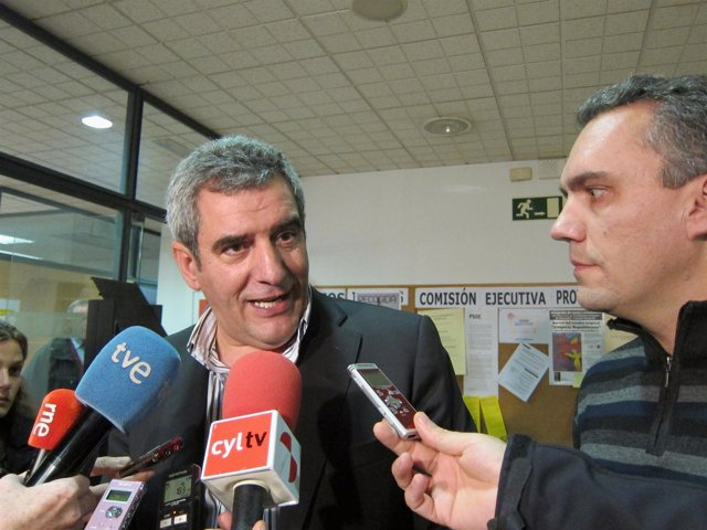 Julio Villarrubia y Javier Izquierdo en la sede provincial del PSOE.