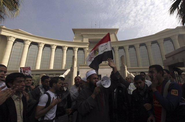 SLa sede del Tribunal Supremo Constitucional rodeada por simpatizantes de Mursi