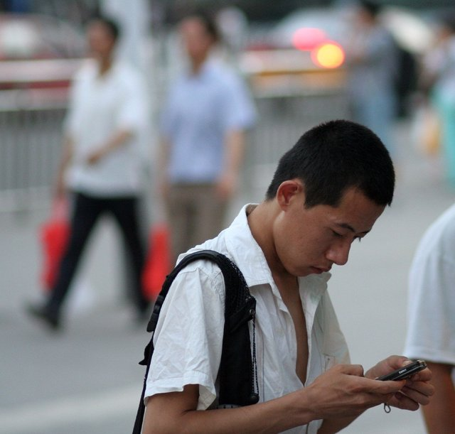 Chino con teléfono móvil smartphone
