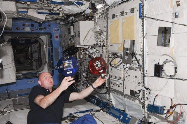 Robots en miniatura en la ISS